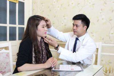 Bác sĩ tại VTM Y Khoa Dr.Hải Lê thăm khám trực tiếp