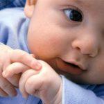 vuốt mũi cho trẻ sơ sinh