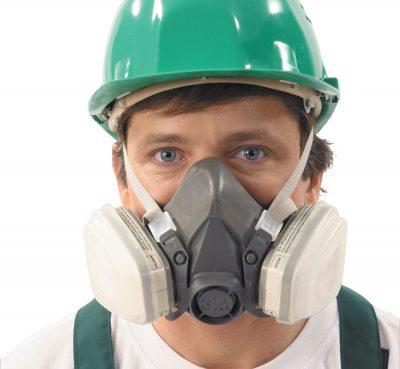 Dùng dụng cụ bảo hộ khi tiếp xúc với chất độc hại