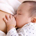 Nhỏ sữa mẹ vào mắt trẻ sơ sinh đúng hay sai?